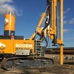 BodemBouw Cutter Soilmix materieel naast het spoor