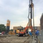 Productie CSM-wand strak langs de rooilijn van een nieuwbouw blok, Piushaven te Tilburg