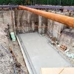 Storten zwembadvloer bij het diepste gedeelte van de bouwkuip