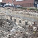 Ontgraven bouwkuip en snellen palen