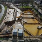 Ontgraven van de gesloten bouwkuip van CSM-wanden een stempelraam en onderwater beton