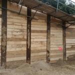 Monteren houten balken bij de berlinerwand met tijdelijke functie