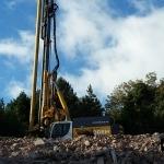 Cutter Soilmix machine op 7 meter hoog slooppuin plateau